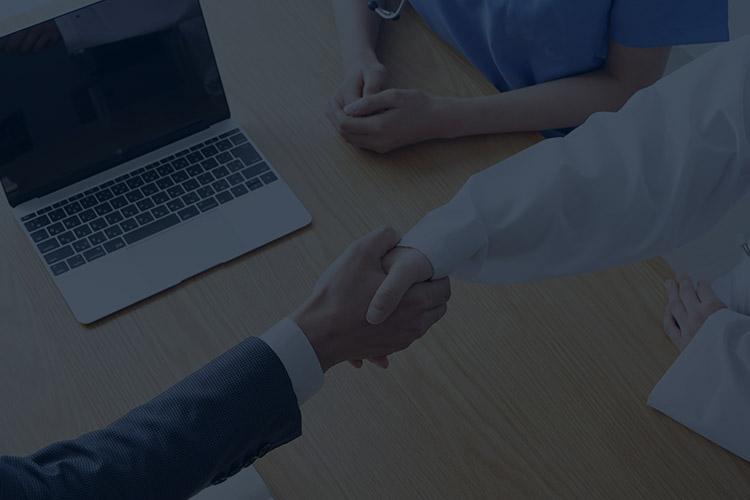 スライド画像:ドクターとの握手